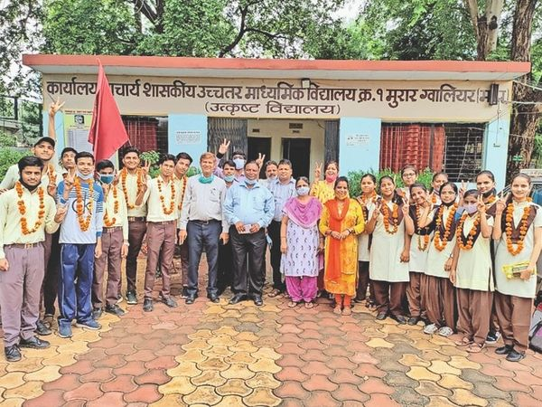 उत्कृष्ट स्कूल के प्रथमश्रेणी में उत्तीर्ण विद्यार्थी शिक्षकों के साथ खुशी मनाते हुए। - Money Bhaskar