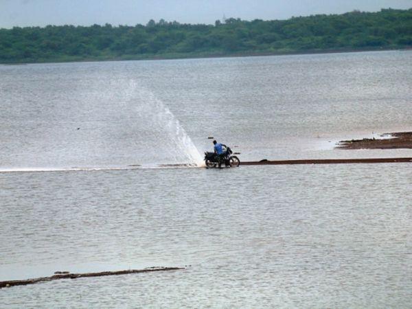 मरोदा डैम का जल स्तर बढ़ा। इसके बाद भी एक बाइक सवार डैम के 10 फीट से ज्यादा अंदर पहुंच गया। - Money Bhaskar