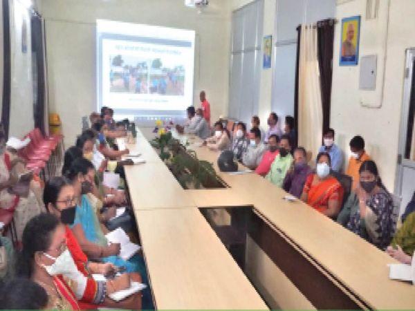 स्कूल खोलने के लिए डीईओ एसके प्रसाद ने कंपोजिट बिल्डिंग में बैठक ली। बैठक में सभी प्राचार्यों को निर्देश देकर कहा गया कि वे कोविड मापदंडों का पालन करते हुए व्यवस्था के लिए इंतजाम रखें। किसी भी बच्चे को दबावपूर्वक न बुलाएं। बच्चों को 50 फीसदी क्षमता के साथ ही बुलाएं। - Money Bhaskar