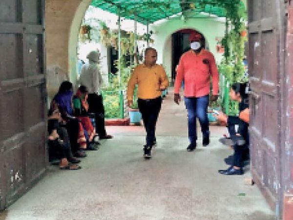 जाति प्रमाण पत्र बनवाने के लिए तहसीलों में भटकते रहते हैं छात्र। - Money Bhaskar