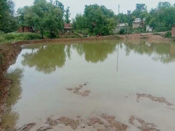 दिन-रात की कड़ी मेहनत के बाद तैयार हुआ तालाब