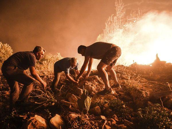 आग की चपेट में आने से आसपास के इलाकों में धुंआ फैल गया है। यहां सांस लेने में भी दिक्कत आ रही है।
