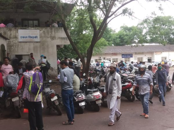 भोपाल के आरटीओ ऑफिस में ड्राइविंग लाइसेंस और परमिट के लिए लगी लोगों की भीड़। - Money Bhaskar