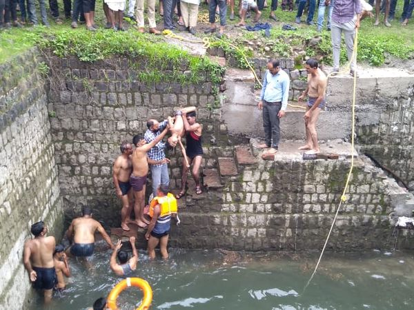 कुएं में डूबने से नाना-नाती की मौत। - Money Bhaskar