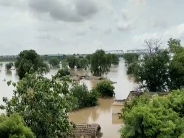 ग्रामीणों का कहना है कि जब तक बाढ़ का पानी गांव से निकल नहीं जाता है तब तक वह अपना जीवन सड़क किनारे व सुरक्षित स्थान पर लगे तंबू में रहकर ही बिताएंगे। - Money Bhaskar