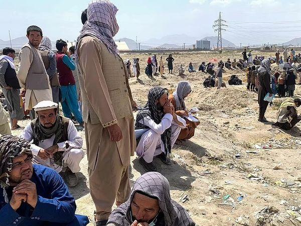 कई लोग तालिबान की हवाई फायरिंग के बाद एयरपोर्ट से दूर जाकर खड़े हो जा रहे हैं। लेकिन वे अफगानिस्तान में अपने घर लौटने को तैयार नहीं हैं।