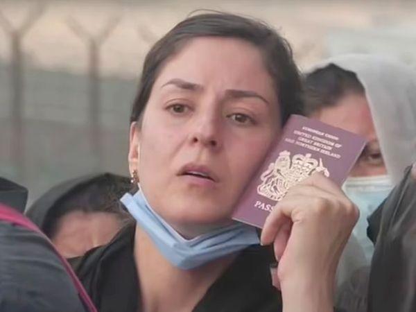 दूसरे देशों के नागरिक अपने पासपोर्ट क्लेयरेंस के लिए घंटों लाइन में खड़े होकर इंतजार कर रहे हैं।