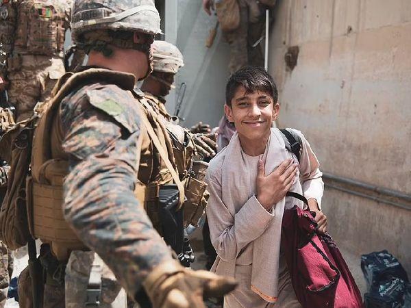 जिन्हें अफगानिस्तान से बाहर जाने की इजाजत मिल रही है, उनके चेहरे पर खुशी साफ देखी जा सकती है।