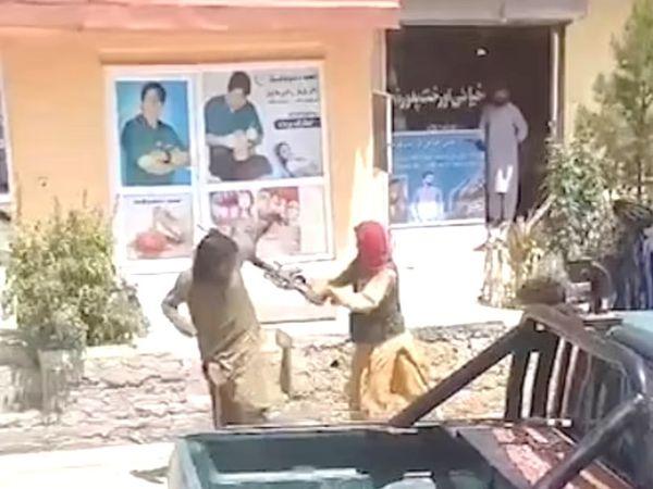 काबुल में ही एक युवक को झंडा लेकर प्रदर्शन करने पर तालिबान ने बंदूक की बट से उसके सिर पर मारा। युवक को उन्होंने अपने कब्जे में ले लिया।