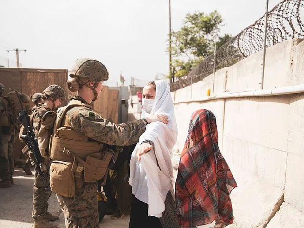 एयरपोर्ट की सुरक्षा में अमेरिका की महिला मरीन कमांडो भी तैनात की गई हैं।