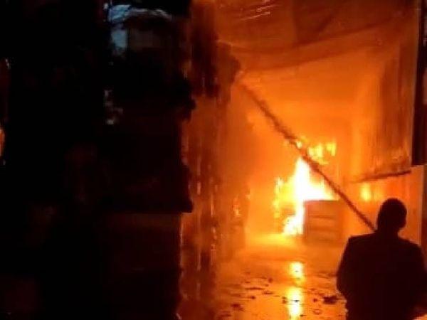 सूचना के बाद एक दर्जन से ज्यादा गाड़ियां आग बुझाने में जुटी हुई हैं।