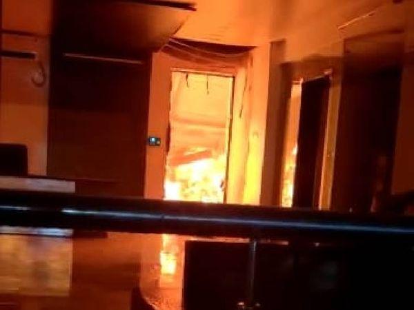 करीब आधे घंटे बाद आग की सूचना पुलिस और दमकल विभाग को दी गई।