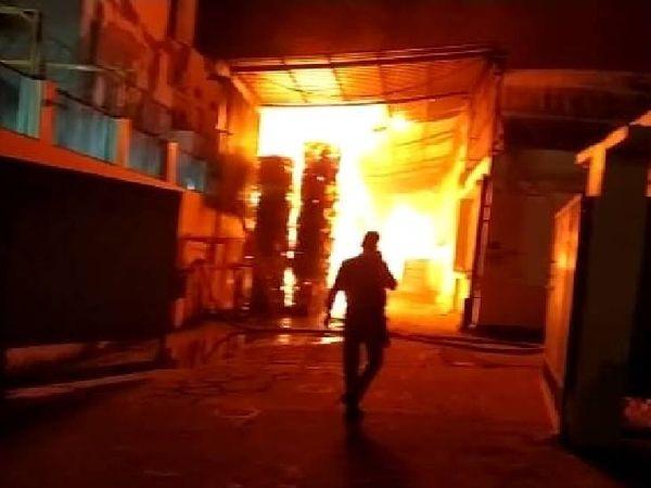 कासना थाना क्षेत्र के औधोगिक एरिया साइट 5 स्थित आरएस पेपर बनाने की फैक्ट्री में शुक्रवार रात करीब 2 बजे आग लग गई।