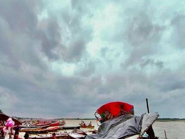 वाराणसी में आसामान में बादल छाए हुए हैं।