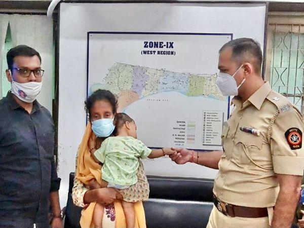 बच्चे को बरामद कर पुलिस ने शनिवार को उसके माता-पिता को सौंप दिया है। - Money Bhaskar