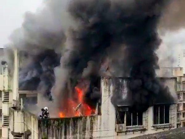 आग इमारत के टॉप फ्लोर पर लगी है। सीढ़ियों के सहारे छत पर चढ़कर फायर ब्रिगेड कर्मी आग बुझाने का काम कर रहे हैं। - Money Bhaskar