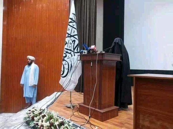 लेक्चर दे रही महिला भी सर से पांव तक बुर्के से ढकी थी। उसके नजदीक ही तालिबानी लड़ाका खड़ा था।