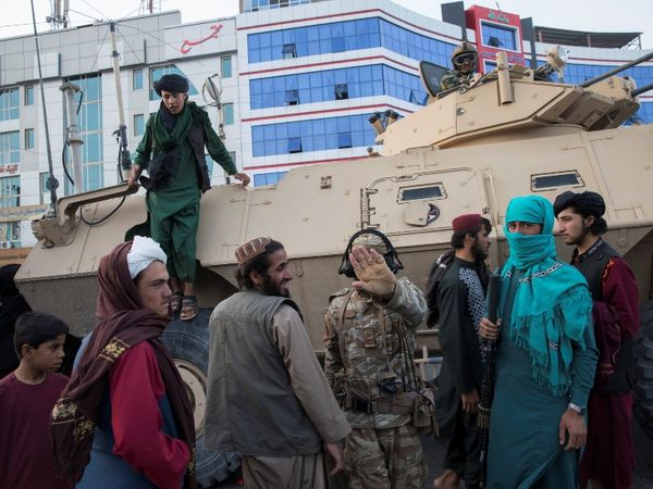 अफगानिस्तान में हथियार लिए तालिबानी सड़कों पर पहरा दे रहे हैं। फोटो हेरात शहर की है।