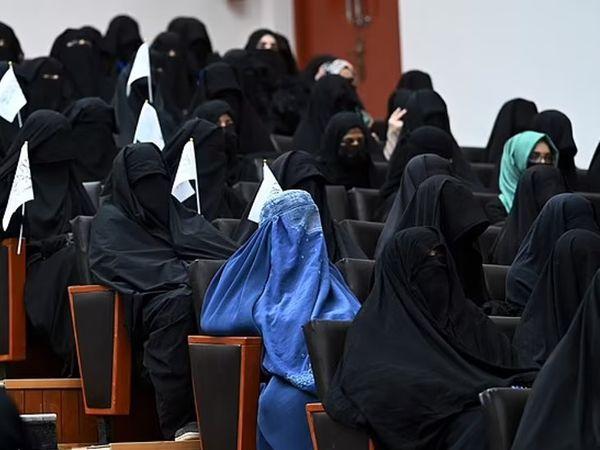 कार्यक्रम में यूनिवर्सिटी में पढ़ने वाली 300 युवतियां शामिल हुईं।