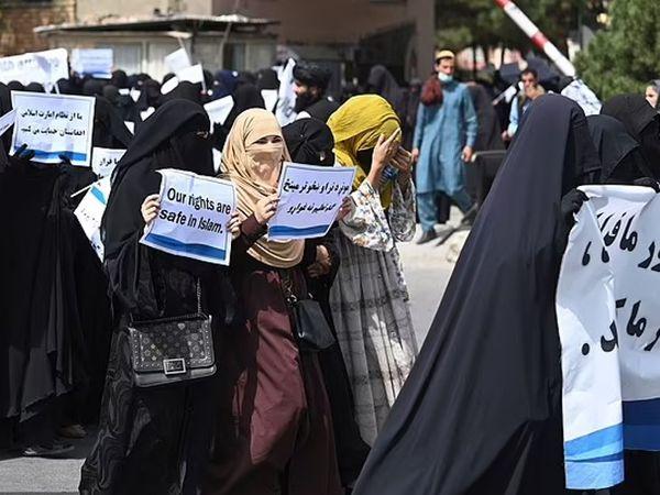 काबुल की सड़कों पर शनिवार को सैकड़ों महिलाओं ने तालिबान के समर्थन में प्रदर्शन किया।