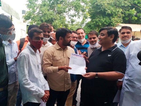 बेरोजगारों के प्रतिनिधि मंडल से मिलते शिक्षा मंत्री गोविन्द सिंह। - Money Bhaskar