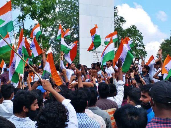 शहीद स्मारक पर विरोध करते छात्र।