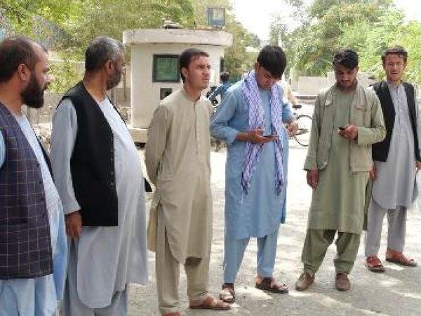 स्थानीय मीडिया संस्थान से अपनी परेशानियों की चर्चा करते अफगानी नागरिक।