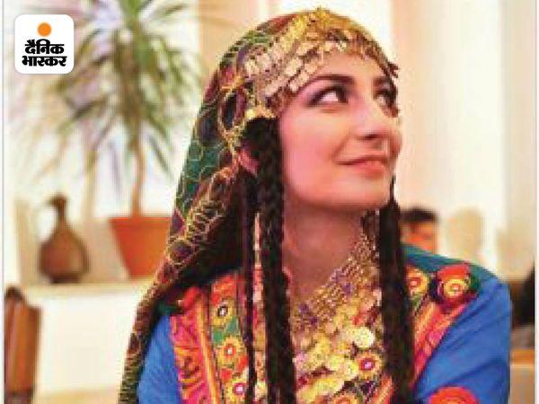 DW न्यूज में अफगान सर्विस की प्रमुख वसलत हजरत नजीमी ने अपनी तस्वीर के साथ लिखा- काबुल में पारंपरिक अफगानी पोशाक पहने हुए मैं। यह अफगानी संस्कृति है और अफगानी महिलाएं ऐसे ही कपड़े पहनती हैं।