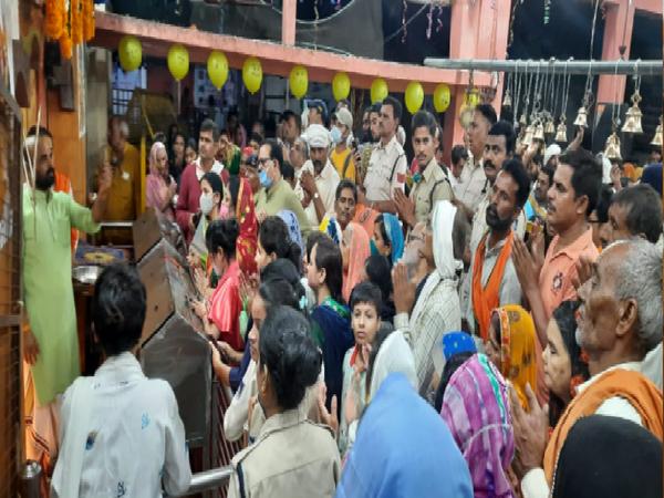 मंदिर पर श्रद्धालुओं द्वारा की जा रही पूजा-अर्चना।