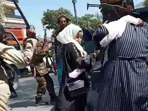 तालिबानियों से घिरी ये महिला काबुल के करत-ए-चार इलाके में हो रहे प्रदर्शन में शामिल थी।