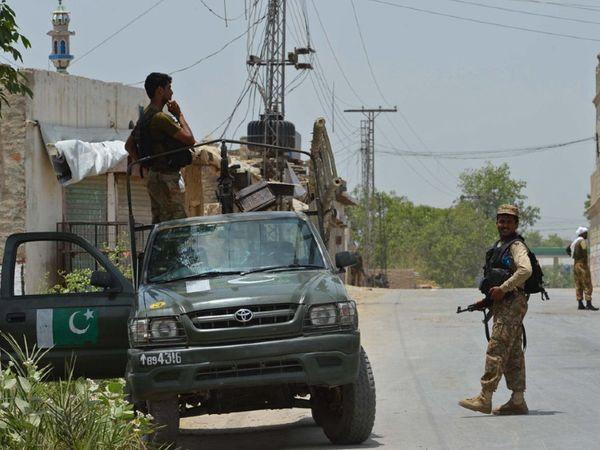 वजीरिस्तान में पेट्रोलिंग करते पाकिस्तानी सैनिक। (फाइल) - Money Bhaskar
