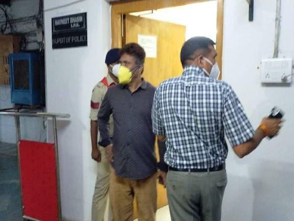 एसपी कार्यालय का निरीक्षक करते आईजी - Money Bhaskar