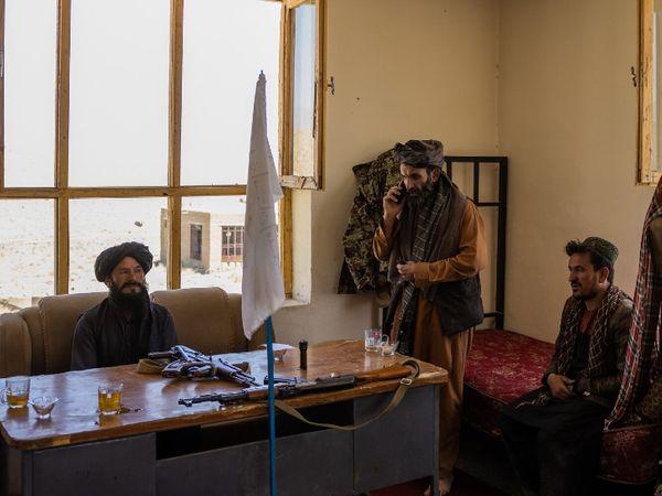 कुर्सी पर बैठा व्यक्ति अफगानिस्तान का नया पुलिस चीफ कारी असद है। वो चक-ए-वरदाक में एक विवाद सुलझाने पहुंचा था। अफगानिस्तान पर तालिबान के कब्जे के बाद मुल्क के कई हिस्सों में लूटपाट की घटनाएं बढ़ी हैं।
