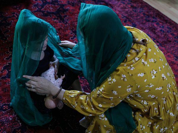 अफगानिस्तान की पूर्व लीगल एडवाइजर लैला हाल ही में अमेरिका पहुंची हैं और वहां महिलाओं को हक दिलाने में दुनिया की मदद की जरूरत की बात करती हैं। वहीं, पाक PM इमरान का कहना है कि कोई बाहरी ताकत अफगान महिलाओं को उनका हक नहीं दिला सकती। ये काम उन्हें खुद करना होगा।