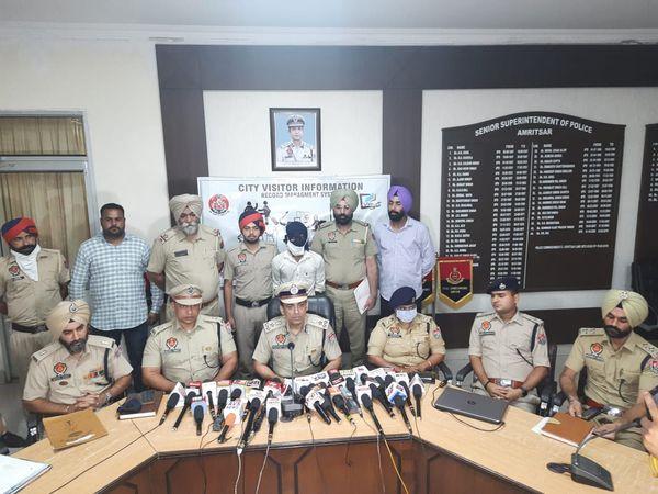 नंदन के बारे में जानकारी देते हुए पुलिस कमिश्नर विक्रम जीत दुग्गल। - Money Bhaskar