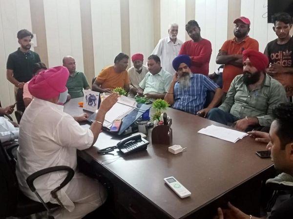 आदमपुर नगर कौंसिल दफ्तर में चल रही बैठक, जिसके बाद हंगामा हुआ।