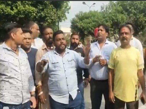 सांसद चौधरी के घर के बाहर प्रदर्शन करते शिवसेना समाजवादी के नेता।