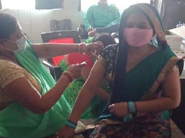 वैक्सीन लगवाती महिला - Money Bhaskar