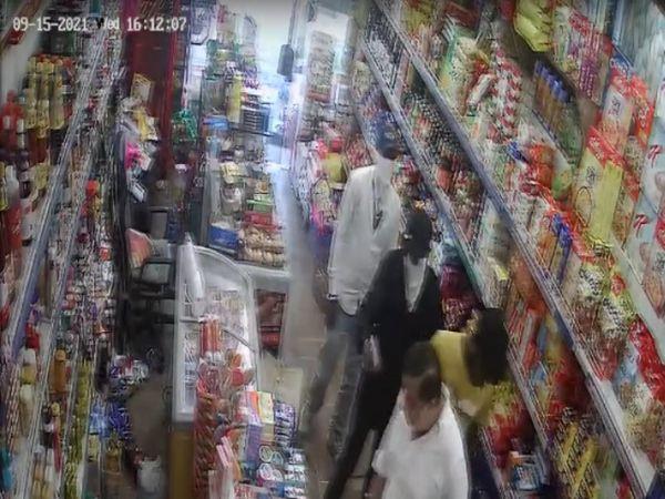 रणजीत एवेन्यू शुभ काज स्टोर में लुटेरे गन प्वाइंट पर सभी को एक तरफ करते हुए। - Money Bhaskar