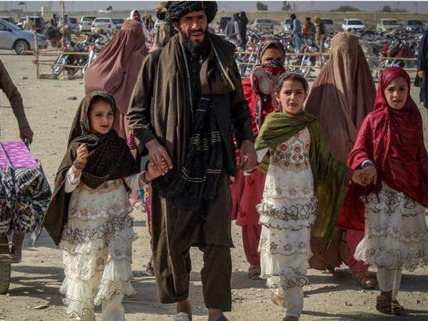 अफगानिस्तान के कई लोग ताजा हालात में पाकिस्तान की तरफ जा रहे हैं। पाकिस्तान की फौज इन्हें रोकने की कोशिश करती है।