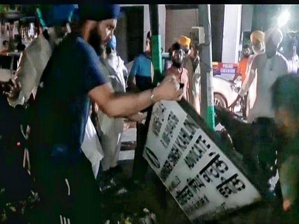 भाजपा नेता एडवोकेट एचएस काहलों की नेम प्लेट उखाड़ते किसान।
