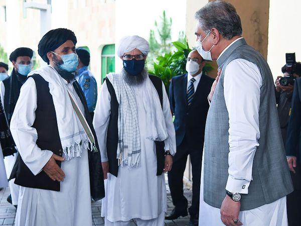 पिछले साल जुलाई में तालिबान नेता पाकिस्तान दौरे पर गए थे। विदेश मंत्री शाह महमूद कुरैशी इन आतंकी नेताओं को रिसीव करने के लिए खुद फॉरेन मिनिस्ट्री की पार्किंग में आए थे।