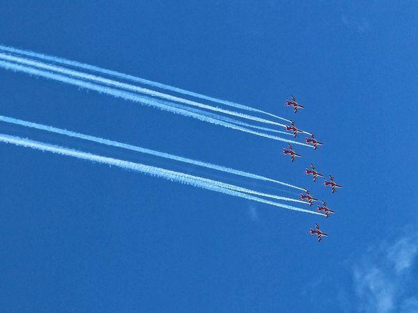 जालंधर के आसमान में करतब करती एयरफोर्स की टीम।