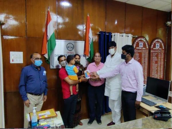 जिला प्रशासन की ओर से भिंड की रिंकी को माेबाइल देते राज्य मंत्री ओपीएस भदौरिया। - Money Bhaskar