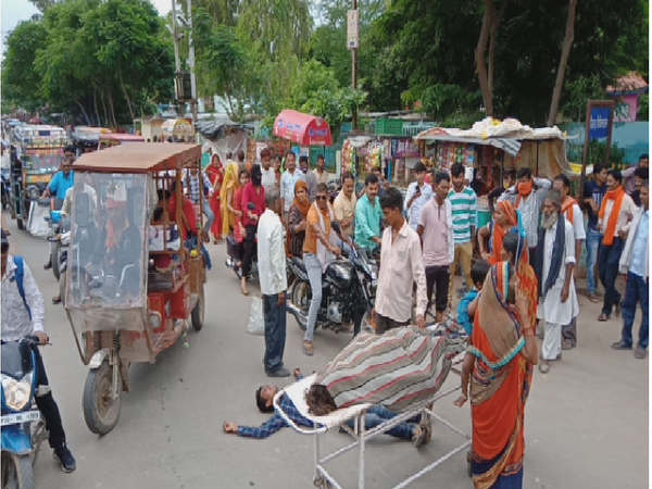 प्रसूता की मौत के बाद परिजनों ने शव को रखा सड़क पर। - Money Bhaskar