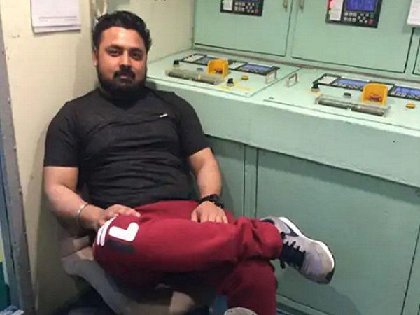 शिप में बैठा भारतीय इंजीनियर संदीप, जिसे गैबान के समुद्री लुटेरों ने अगवा कर रखा है। - Money Bhaskar