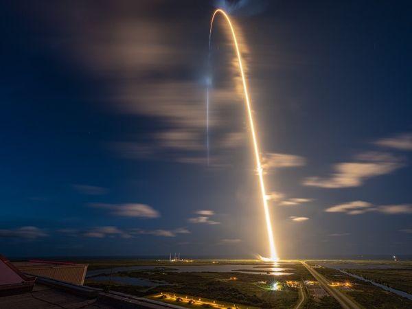 स्पेसक्राफ्ट के लिफ्टऑफ की तस्वीर।