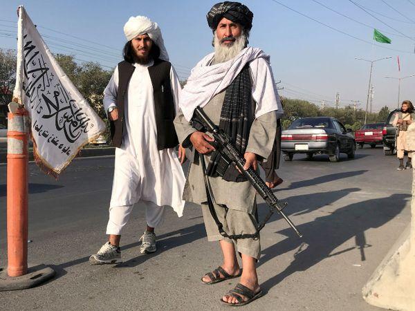 काबुल की एक सड़क पर तैनात तालिबान।