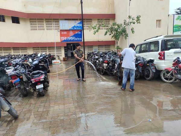 समान थाना पसिर में धुलाई करते पुलिसकर्मी। - Money Bhaskar
