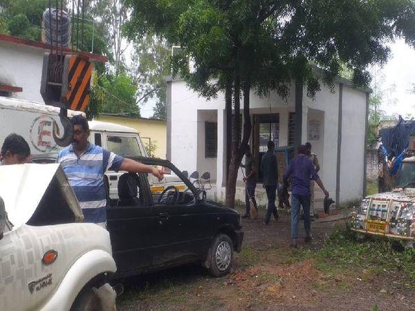 चोरहटा थाने में वाहनों को व्यवस्थित कराती पुलिस